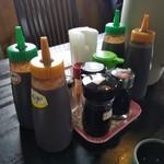 きらく亭 - 卓上には、とんかつソース・みそ・普通のソース・醤油などが置かれてます