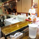 あづま屋担々麺 悠泉 - カウンター席がメイン。