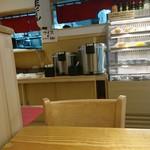 79676521 - ここで飯よそいます。白飯と日替わりの炊き込み飯があるのが嬉しい