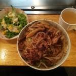 しゃんと - 牛スタ丼(大盛)(630円)、セットのサラダ、スープ