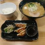 クリーミーTonkotsuラーメン 麺家 神明 - ランチセットの醤油ラーメンと餃子セット