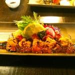 魚酔庭 - 和牛たたき、生うにとイクラのせ 1600円 添えられている野菜は彩り豊か。