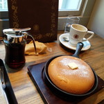 梟書茶房 - イートイン。パンケーキは焼きあがるのに20分かかります。