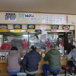 九州ラーメン友理 - 閉店時刻が近くなってもこの賑わいぶりです