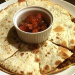 SQUARE MEALS みなもと - ケサディーヤ:キーマカレーとろ~りチーズをトルティーやではさみさっぱりトマトの香味ソースで