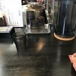 ラーメン あおやま - カウンター席(水はセルフ)