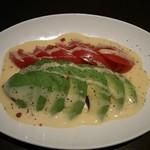 旨唐揚げと居酒メシ ミライザカ - アボカドとトマトのサラダ