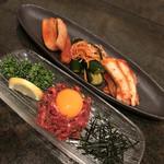 肉料理 大森 - 料理写真:キムチ盛り合わせとユッケ