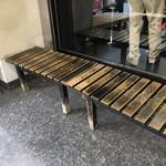79716799 - ウェイティング用の長いベンチ