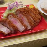 とんかつ檍のカレー屋いっぺこっぺ - 料理写真:特上ロースかつ定食のかつ