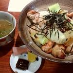 炭火割烹 蔓ききょう - 淡海地鶏焼鳥丼。お吸物とお漬物付です♪