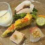 クッチーナ テント - 茶美豚の自家製ハム♪                             丹波地方地鶏と茶美豚のテリーヌ♪                             水ナスのマリネと鯛♪                             新玉ねぎの冷製スープ♪                             ズッキーニとトマトのタルト♪                             自家製ピクルス♪