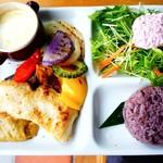 79725660 - たっぷり島野菜と白身魚のグリルプレート+ゴルゴンゾーラフォンデュ