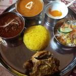 ガザル - 料理写真:マタジセット¥1250 カレー2種類とタンドリーチキン、サフランライス、サラダ、デザートのプレートです✧*。
