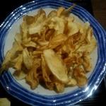 Teuchisobanotaguto - ごぼうチップスは別皿提供。そのまま食べても美味しかったです(笑)