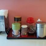 太陽軒 - 料理写真:カウンター上の調味料など。