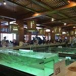 Chikae - 本館1階中央の生簀を囲んだカウンター席