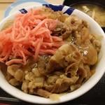 松屋 - 牛めしに生玉子ぶっかけ、紅生姜どっさり