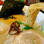 博多ラーメン 琥家 - 麺は細麺