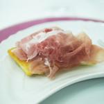 79743571 - モデナのモーラ・ロマニョーラ黒豚の腿肉で作られる生ハム、それに合わせて揚げパイ、トルタフリッタ