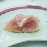 79743602 - クラテッロ・ジベッロと北イタリアのピエモンテの良質な発酵バターと平焼きパンの組み合わせ