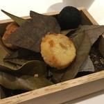 オーグードゥジュール メルヴェイユ 博多 - 土に見たてたほうじ茶の上に、トリュフに見立てた竹炭のパン粉のズワイガニの蟹クリームコロッケ、チーズサブレ、グジェール