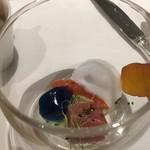 オーグードゥジュール メルヴェイユ 博多 - バタフライピーという豆科から抽出した色素の魚の煮こごり、鮪、カンパリ漬けの長呂義、カルバドスで漬けた唐墨、酸味をつけた泡のソース
