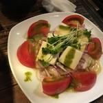 食楽バル・港町バルTAKEO - トマトとチーズのバジルソース