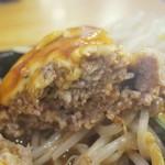 武州うどんあかねandみどりダイニング - ・「うどん屋さんのハンバーグセット チーズ(\885)」の断面。