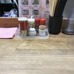 らーめん 世界一 京橋本店 - カウンター席(水はセルフ)