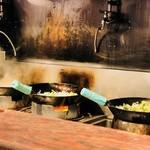 トナリ - 香ばしい炒め野菜を調理!