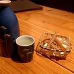 山道 - 穂倉千徳(純米)ついウッカリ呑みました♡ぬる燗を注文したら骨せんべいが付いてきました!良心的ですね〜