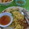 Khao Soi Lam Duan Fa Ham - 料理写真:イスラム風の鳥のから揚げと黄色いご飯 40バーツ(約140円)