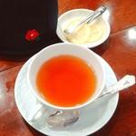 椿屋珈琲店 有楽町茶寮 - ばらとライチの紅茶。