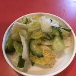 北京亭 - 五目うま煮を定食にしたので漬物がつく