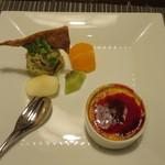 79776855 - 手作りデザート:木苺ソースのクレームブリュレ、ほうじ茶アイス 庄内麩のフィユタージュ
