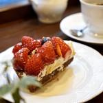 文房堂Gallery Cafe - 落ちたイチゴをタルトに乗せて 崩れちゃったけど、ずるいくらいに可愛い苺