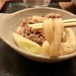 かつまる - 肉鍋うどん 麺リフト♪