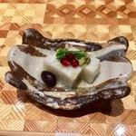 79780085 - 先付……長芋寄せ・セリとザクロ添え                       白い長芋寄せにザクロの赤とセリの緑が美しいです                       爽やかで美味しい♡