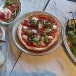 800°ディグリーズ ナポリタン ピッツェリア - ピザ・シーザーサラダ 780円・イタリア産ハムとサラミの盛合せ 850円