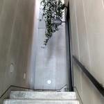 レストラン エイタブリッシュ - 外観・階段を上って2階へ♪