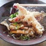 一休 - 料理写真:蕎麦饂飩一休のかけ蕎麦(500円)+きざみ(100円)+天麩羅(400円)