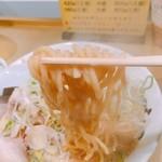 超ごってり麺ごっつ - しょうゆラーメン 麺リフト