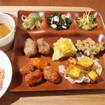 ベジ ハウス - カリカリタンドリー厚揚げ、酢豚風、から揚げ、日替わり野菜のかき揚げ、白菜、切りぼし大根サラダ、カレーなど。