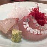 日本料理若林 - ヒラスズキがサクッとはぎれよいくらいな脂が旨味としてしっかりと。美味。カンパチも天然のさらっとした脂。カンパチも包丁を入れてあってもサクサクとフレッシュな歯ごたえ。