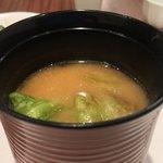 日本料理若林 - キャベツは香ばしき焼き目が付いている。甘みのない白い味噌ベースの味噌汁。