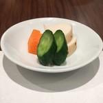 日本料理若林 - おそらく自家製の糠漬け。軽やかな漬かり具合だ。