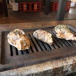 かき小屋 - 牡蠣を焼いてるところ