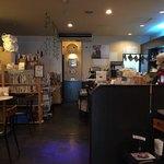 ぴらにやカフェ - 店内は空間が多く居心地が良いです