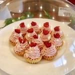 79802521 - イチゴのモンブラン@さっくりミニタルトにカスタードクリームと苺クリームがたっぷり